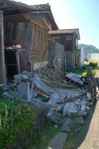 崩れた蔵の壁