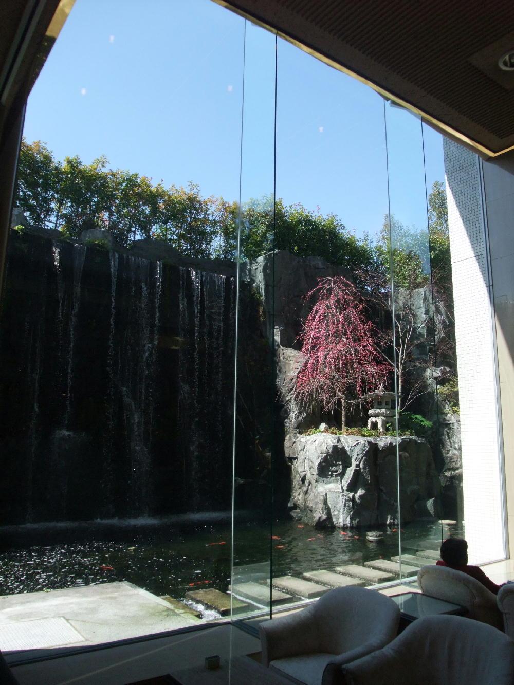 京都全日空ホテルの中の滝