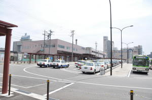 新富山駅外側