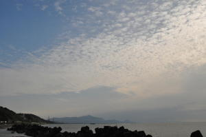 鱗雲と米山